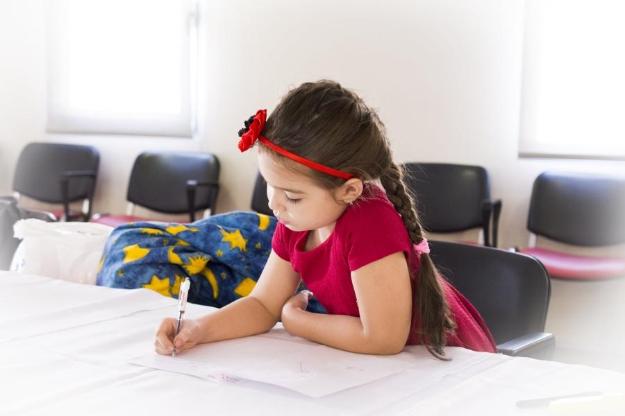 dziewczynka na lekcji angielskiego